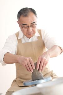 陶芸をするシニア男性の写真素材 [FYI04554292]