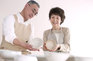 陶芸をするシニア夫婦の写真素材 [FYI04554302]