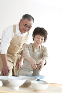 陶芸をするシニア夫婦の写真素材 [FYI04554325]
