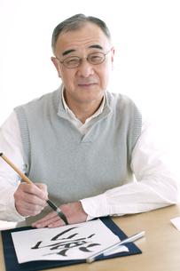 書道をするシニア男性の写真素材 [FYI04554336]