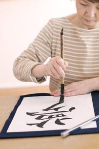 書道をするシニア女性の写真素材 [FYI04554363]