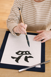 書道をするシニア女性の手元の写真素材 [FYI04554370]