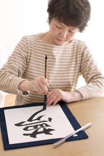 書道をするシニア女性の写真素材 [FYI04554372]