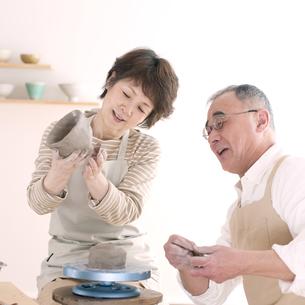 陶芸をするシニア夫婦の写真素材 [FYI04554403]