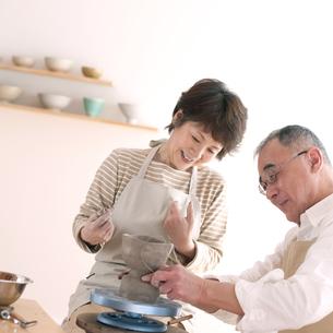 陶芸をするシニア夫婦の写真素材 [FYI04554407]