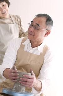 陶芸をするシニア夫婦の写真素材 [FYI04554409]
