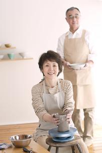 陶芸をするシニア夫婦の写真素材 [FYI04554434]