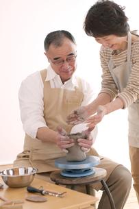 陶芸をするシニア夫婦の写真素材 [FYI04554438]