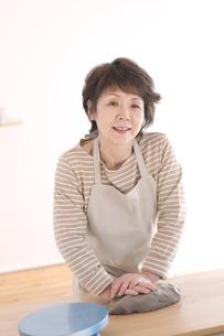 陶芸をするシニア女性の写真素材 [FYI04554451]