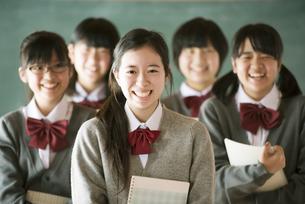 黒板の前で微笑む中学生の写真素材 [FYI04554466]