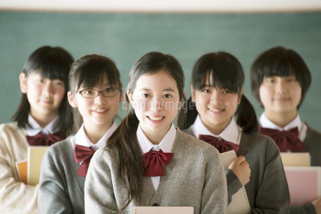黒板の前で微笑む中学生の写真素材 [FYI04554471]
