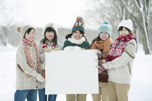 メッセージボードを持ち微笑む中学生の写真素材 [FYI04554505]