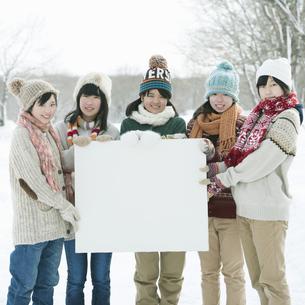 メッセージボードを持ち微笑む中学生の写真素材 [FYI04554509]