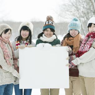 メッセージボードを持ち微笑む中学生の写真素材 [FYI04554511]