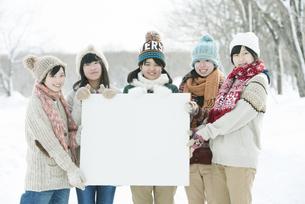 メッセージボードを持ち微笑む中学生の写真素材 [FYI04554513]