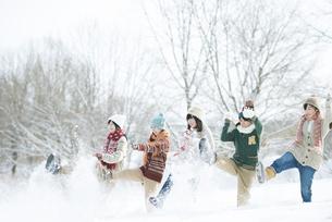 雪を蹴る中学生の写真素材 [FYI04554536]