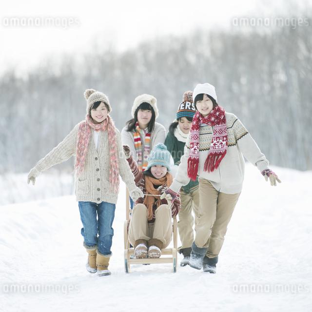 ソリで遊ぶ中学生の写真素材 [FYI04554549]