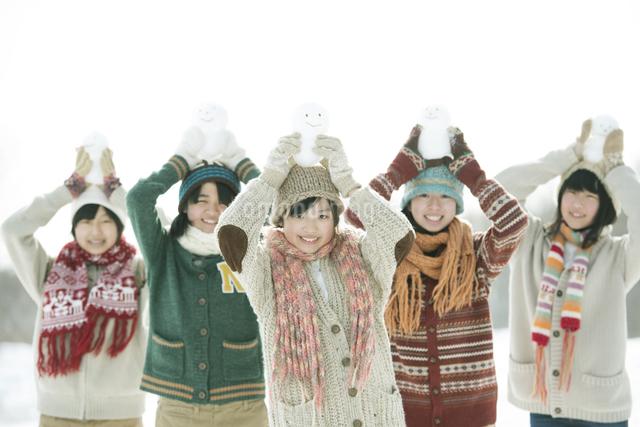 雪だるまを持ち微笑む中学生の写真素材 [FYI04554582]