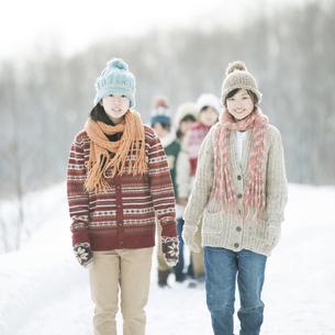 雪道を歩く中学生の写真素材 [FYI04554590]