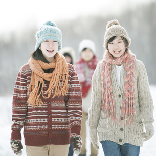 雪道を歩く中学生の写真素材 [FYI04554593]