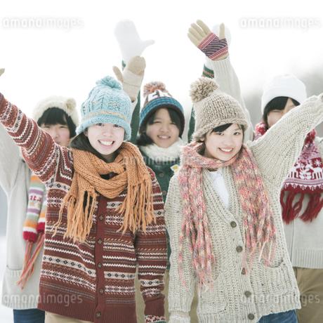 片手を挙げる中学生の写真素材 [FYI04554595]