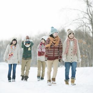 雪道を歩く中学生の写真素材 [FYI04554599]