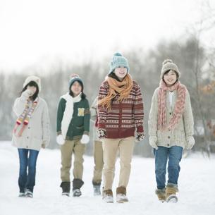 雪道を歩く中学生の写真素材 [FYI04554600]