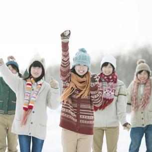雪道ではしゃぐ中学生の写真素材 [FYI04554603]