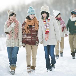 雪道を歩く中学生の写真素材 [FYI04554609]