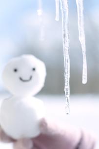 つららと雪だるまの写真素材 [FYI04554626]