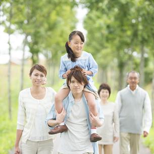 肩車をする親子と祖父母の写真素材 [FYI04554698]