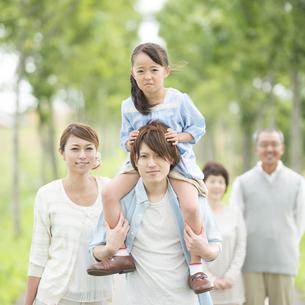肩車をする親子と祖父母の写真素材 [FYI04554702]