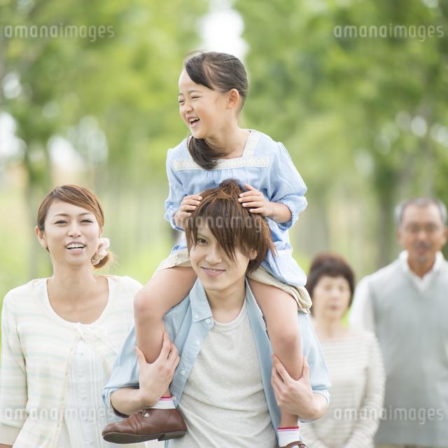 肩車をする親子と祖父母の写真素材 [FYI04554704]