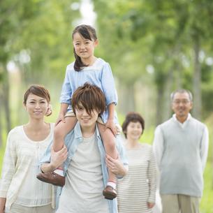 肩車をする親子と祖父母の写真素材 [FYI04554705]