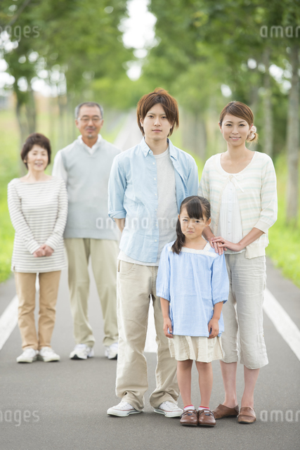 一本道で微笑む3世代家族の写真素材 [FYI04554728]