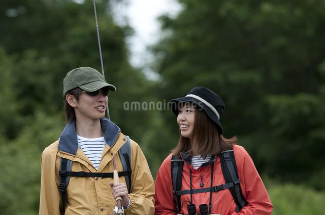 一本道を歩くカップルの写真素材 [FYI04554765]