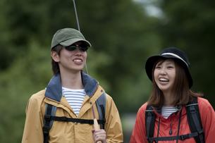 一本道を歩くカップルの写真素材 [FYI04554768]