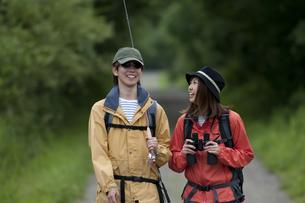 一本道を歩くカップルの写真素材 [FYI04554769]