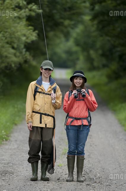 一本道で微笑むカップルの写真素材 [FYI04554784]