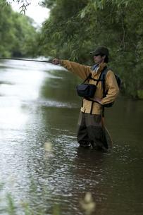 釣りをする男性の写真素材 [FYI04554787]