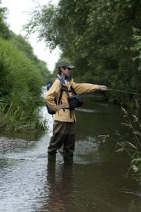 釣りをする男性の写真素材 [FYI04554789]