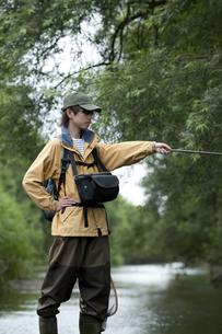 釣りをする男性の写真素材 [FYI04554791]
