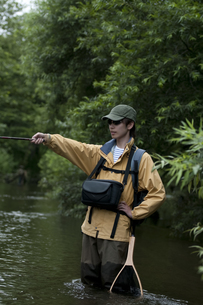 釣りをする男性の写真素材 [FYI04554795]