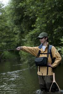 釣りをする男性の写真素材 [FYI04554796]
