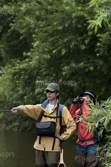 釣りをするカップルの写真素材 [FYI04554797]