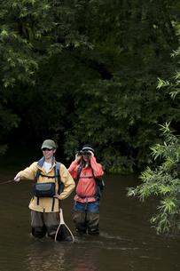 釣りをするカップルの写真素材 [FYI04554798]