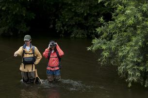 釣りをするカップルの写真素材 [FYI04554799]