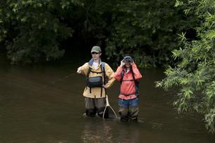 釣りをするカップルの写真素材 [FYI04554800]