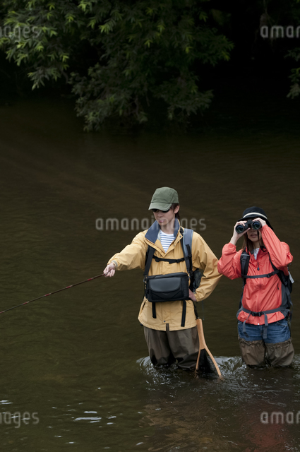 釣りをするカップルの写真素材 [FYI04554801]