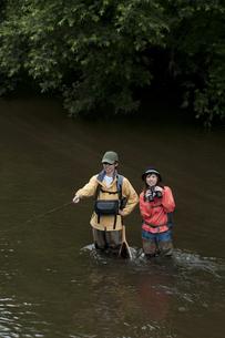 釣りをするカップルの写真素材 [FYI04554802]